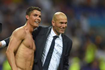 epa05334855 Real's Cristiano Ronaldo (C) celebrates with his coach Zinedine Zidane after scoring during the penalty shootout of the UEFA Champions League Final between Real Madrid and Atletico Madrid at the Giuseppe Meazza stadium in Milan, Italy, 28 May 2016. EPA/PETER POWELL