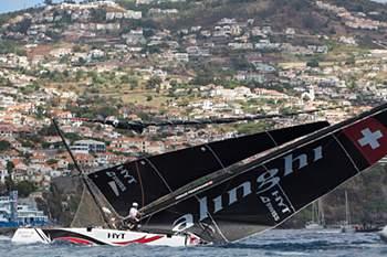 A equipa do veleiro suíço Alinghi venceu hoje no Funchal a sexta etapa da Extreme Sailing Series, depois de quase ter sido posta fora de prova, em consequência de um embate com a rival Red Bull Sailing.