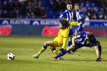 epa05747510 Alcorcon's midfielder Victor Perez (L) in action against midfielder Daniel Torres (R) of Alaves during the Spanish King's Cup quarter final second leg soccer match between Deportivo Alaves and AD Alcorcon at Mendizorroza stadium in Vitoria, northern Spain, 24 January 2017.