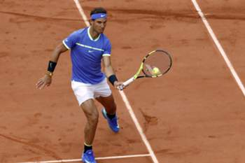 epa06014405 Rafael Nadal of Spain in action against Pablo Carreno Busta of Spain during their men's singles quarter final match during the French Open tennis tournament at Roland Garros in Paris, France, 07 June 2017. EPA/ETIENNE LAURENT