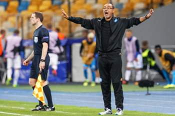 epa05538524 Napoli's head coach Maurizio Sarri (R) reacts during the UEFA Champions League group B soccer match between Dynamo Kiev and SSC Napoli at the Olimpiyskiy stadium in Kiev, Ukraine, 13 September 2016. EPA/ROMAN PILIPEY
