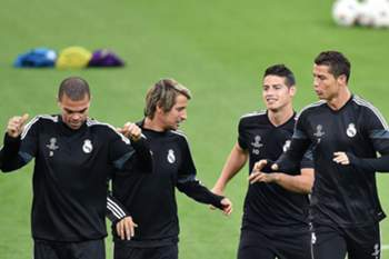 epa04732889 Portuguese forward of Real Madrid Cristiano Ronaldo (R) with James Rodriguez (2nd R), Fabio Coentrao and Pepe (L) in action during a training session on the eve of the UEFA Champions League semi final soccer match between Juventus and Real Madrid in Turin, Italy, 04 May 2015. EPA/ALESSANDRO DI MARCO