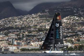 Red Bull Sailing Team na frente da Extreme Sailing Series em vela