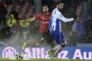 Penafiel's Vitor Bruno (L) in action against Adrian Lopez (R) of FC Porto's during a Portuguese First League soccer match held at 25 Abril stadium in Penafiel, Portugal, 17 January 2015. OCTAVIO PASSOS/LUSA