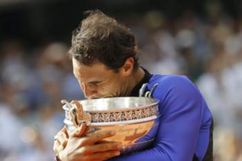 epaselect epa06022895 Rafael Nadal of Spain poses with his trophy after winning the men's singles final match against Stanislas Wawrinka of Switzerland during the French Open tennis tournament at Roland Garros in Paris, France, 11 June 2017.