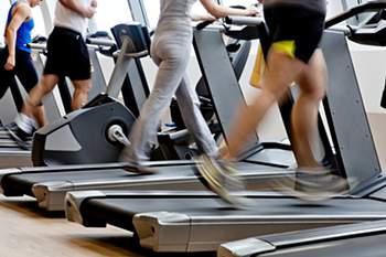 Treino cardio não chega - Acha que só precisa de fazer treino cardiovascular para queimar gordura? Desengane-se. Terá de combinar este tipo de trabalho de ginásio com musculação e trabalho de força se quer efeitos rápidos no seu corpo.