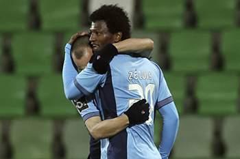 Zé Luis marca o primeiro golo da partida.