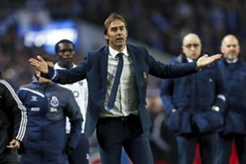 FC Porto's head coach Julen Lopetegui reacts during the Portuguese First League soccer match against Benfica held at Dragao stadium in Porto, Portugal, 14 December 2014. JOSE COELHO/LUSA