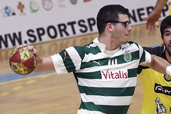 Os jogadores do ABC, João Pinto (C) e Ricardo Pesqueira (D), disputam a bola com o jogador do Sporting, Rui Silva (E), durante o jogo da final da Taça de Portugal, disputado no pavilhão de Águas Santas, na Maia, 13 de abril de 2014.