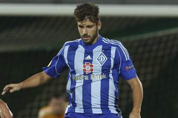 Tarantini (L) in action against Dinamo Kiev, Miguel Veloso, during their UEFA Europa League group J soccer match at Arcos stadium in Vila do Conde, Portugal, 18 September 2014.