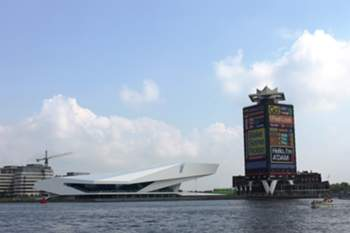 Aí, o famoso Instituto do Cinema Eye oferece uma esplanada com uma vista deslumbrante para o sul de Amesterdão e para o centro histórico da cidade.