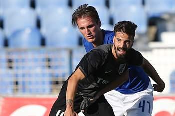 Palmeira (D) do Belenenses disputa a bola com o seu opositor do Vitória de Guimarães, Alex, durante o jogo da primeira liga disputado no estádio de Belém em Lisboa, 30 de agosto de 2014.