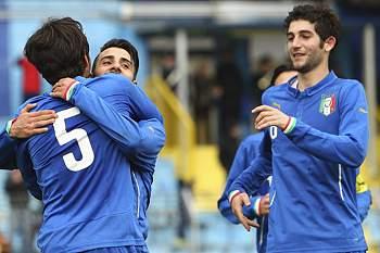 Jogadores italianos celebram triunfo sobre a Suíça em Sub-20.