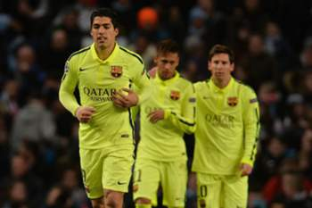 epa04635799 Barcelona's Luis Suarez (L) celebrates scoring the second goal making the score 2-0 during the UEFA Champions League round of 16 first leg tie between Manchester City and Barcelona held at the Etihad Stadium in Manchester, Britain, 24 February 2015. EPA/Peter Powell .