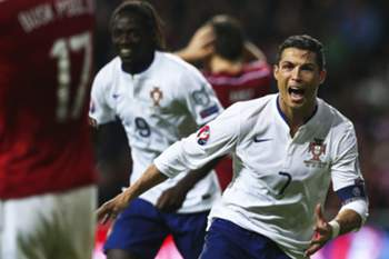 epaselect epa04446927 Portugal's Cristiano Ronaldo (R) celebrates with his teammates after scoring the winning goal during the UEFA EURO 2016 qualifying soccer match between Denmark and Portugal at Parken Stadium in Copenhagen, Denmark, 14 October 2014. Portugal won 1-0. EPA/MARIO CRUZ