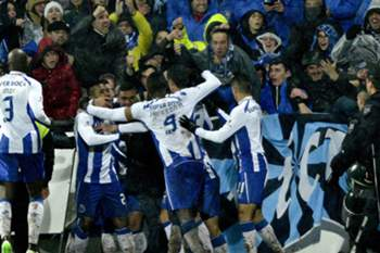 Oliver Torres (2-R) of FC Porto's celebrating with is teammates a goal against Penafiel during a Portuguese First League soccer match held at 25 Abril stadium in Penafiel, Portugal, 17 January 2015. OCTÁVIO PASSOS/LUSA