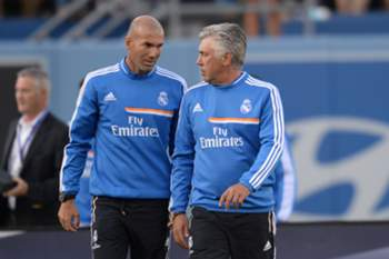 Spanish football club Real Madrid's Italian coach Carlo Ancelotti (R) and his assistant Zinedine Zidane (L) of France leave the pitch after the International Champions Cup match against English Premier League side Everton at Dodgers Stadium in Los Angeles on August 3, 2013. Real Madrid defeated Everton 2-1. AFP PHOTO / ROBYN BECK