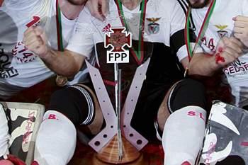 Os jogadores do Benfica festejam a conquista da Taça de Portugal após derrotarem o FC Porto na final da Taça de Portugal seniores masculinos de hóquei em patins, final four, disputada no Pavilhão do Hóquei Clube de Turquel, 8 de junho de 2014.
