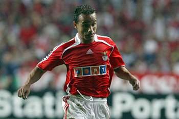 Antigo lateral esquerdo do Benfica pede calma aos adeptos depois da eliminação nas provas europeias.