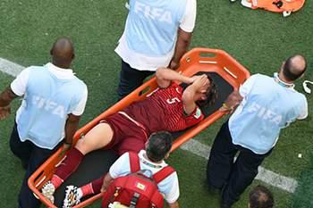 O jogador sai do relvado com muitas dores.