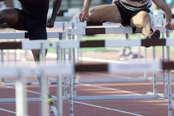 Momento da prova dos 110 metros barreiras dos XIV Meeting de Santo Antonio que esta atarde decorreram no estadio Universitario, durante a qual Mario Palma (d) bateu o record de Portugal.