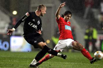 Benfica's soccer player Pablo Aimar (R), fights for the ball with Academica de Coimbra Markus Berger, during their portuguese first league soccer match at Luz stadium, in Lisbon, Portugal, 6 december 2009.