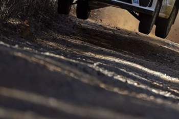 O piloto francês Sebastien Ogier (Volkswagen) lidera o rali da Austrália, 10.ª prova do Mundial da categoria, chegando ao fim do primeiro dia com uma vantagem mínima de quatro décimos sobre o o finlandês Jari-Matti Latvala, da mesma equipa.