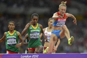 Russia's Yuliya Zaripova (R), Ethiopia's Hiwot Ayalew (C) and Ethiopia's Sofia Assefa compete in the women's 3000m steeplechase final at the athletics event of the London 2012 Olympic Games on August 6, 2012 in London. AFP PHOTO / JEWEL SAMAD AFP PHOTO / ERIC FEFERBERG