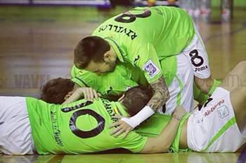 Jogador português continua de fora por lesão.