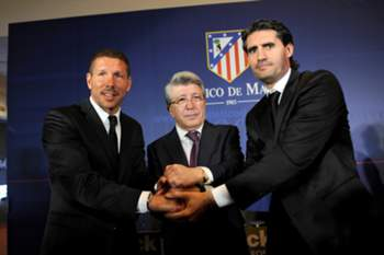 Atletico Madrid's new coach Diego Simeone (L) pose with the club's president Enrique Cerezo (C) and the club's sports manager Jose Luis Perez Caminero during a press conference on December 27, 2011 at the Vicente Calderon stadium in Madrid.AFP PHOTO / DANI POZO