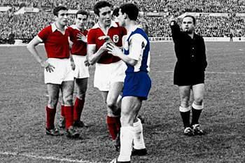 O FC Porto vence o Benfica na Luz por 3-2 na época 1957/1958 à 19ª jornada num jogo marcado pela expulsão de Teixeira, melhor marcador do FC Porto
