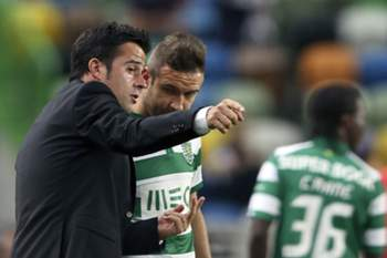 Sporting Lisbon coach Marco Silva gives instructions to his player Diego Capel in their first league soccer match played against Belenenses tonight 13th september 2014 in the Alvalade XXI stadium in Lisbon. TIAGO PETINGA/LUSA
