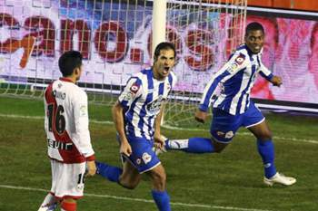 Celso Borges (C) of Deportivo La Coruna celebrates after scoring a goal against Rayo Vallecano during the Spanish Primera Division soccer match at Vallecas stadium in Madrid, Spain, 30 January 2015.