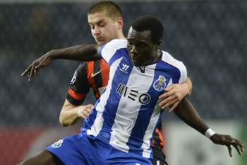 Porto's Cameroonian forward Vincent Aboubakar (R) vies with Shakhtar Donetsk's defender Yaroslav Rakitskiy during the UEFA Champions League Group H football match FC Porto vs FC Shakhtar Donetsk at the Dragao stadium in Porto on December 10, 2014. AFP PHOTO/ MIGUEL RIOPA