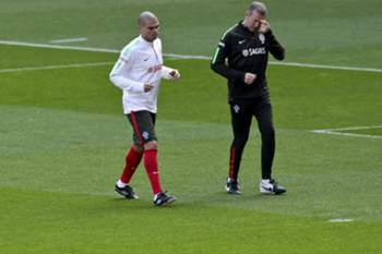 epa04679686 Portugal's national soccer player Pepe (L) during a training session in Lisbon, Portugal, 26 March 2015. Portugal will face Serbia in an UEFA EURO 2016 qualifying soccer match on 29 March. EPA/ANTONIO COTRIM
