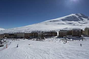 Andorra-a-velha, Andorra - Andorra encontra-se no coração dos Pirenéus, entre a Espanha e a França. Conhecida a nível internacional pelas suas estações de esqui, pelas lojas com impostos muito baixos e pelas suas modernas infraestruturas hoteleiras e de serviços. Em Andorra encontrará um amplo leque de atividades de neve com as quais desfrutará da montanha no inverno.