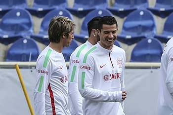 Fábio Coentrão, Cristiano Ronaldo e Pepe durante o último treino da seleção nacional antes do jogo com a Sérvia.