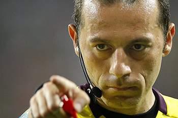Cuneyt Çakir, árbitro da UEFA que arbitra o Benfica-Barcelona a 2 de outubro de 2012.