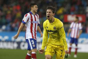 epaselect epa04529725 Villarreal's Argentinian striker Luciano Vietto jubilates his goal against Atletico Madrid during their Primera Division soccer match played at Vicente Calderon stadium in Madrid, Spain on 14 December 2014. EPA/KIKO HUESCA