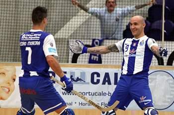 Pedro Gil com a camisola do FC Porto, festeja com Pedro Moreira
