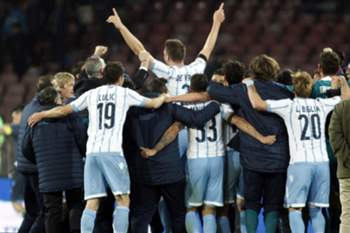Lazio's players celebrate at the end of the Italian Tim Cup semifinal second leg football match SSC Napoli vs SS Lazio on April 8, 2015 at the San Paolo stadium in Naples. AFP PHOTO / CARLO HERMANN