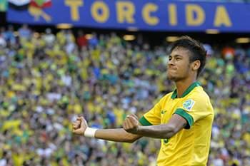 Neymar celebra um dos golos com a camisola da Canarinha.