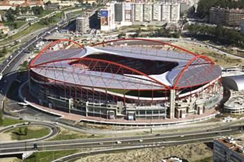 O encontro realiza-se no estádio do Benfica.