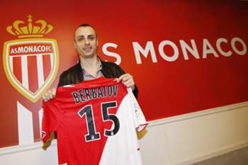 Monaco L1 football club's newly-recruited Bulgarian forward Dimitar Berbatov poses with his new jersey during a press conference on February 4, 2014 at the Louis II stadium in Monaco. AFP PHOTO / VALERY HACHE
