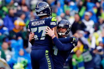 Steven Hauschka e Mike Morgan celebram vitória dos Seattle Seahawks sobre os Green Bay Packers.