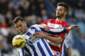 Lucas Perez do Deportivo da Corunha defende a bola de Fran Rico do Granada.
