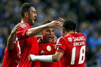 Benfica's player Lima (C) celebrate with his team-mates Argel (L) and Salvio (R) after score the first goal against FC Porto during their Portuguese First League soccer match held at Dragao stadium in Porto, Portugal, 14 December 2014. JOSE COELHO/LUSA