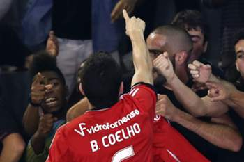 Bruno Coelho do Benfica, melhor marcador no jogo, festeja mais um golo contra o Sporting durante o jogo de futsal disputado no Pavilhão Paz e Amizade, em Loures, 10 de novembro de 2013.