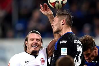 O defesa do Paderborn Christian Strohidek disputa a bola com o médio do Frankfurt Alexander Meier