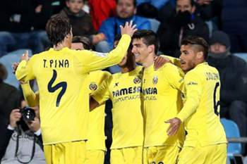 Villarreal's striker Gerard Moreno Balaguero (2-R) celebrates with teammates after scorin against Getafe during the King's Cup quarter finals second leg soccer match played at Coliseum Alfonso Perez in Getafe, near Madrid, Spain, 29 January 2015.